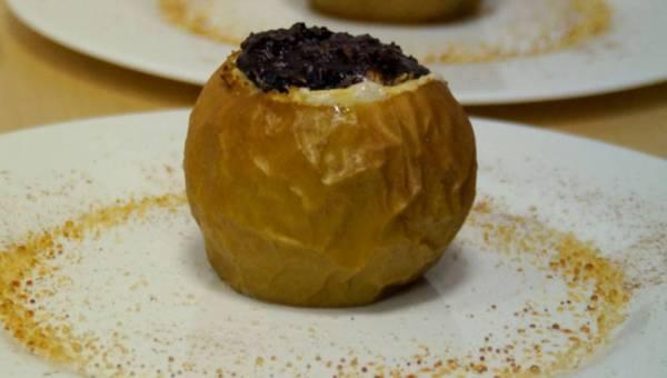 Łatwy deser: Szara reneta zapiekana  z kremem daktylowym i bakaliami