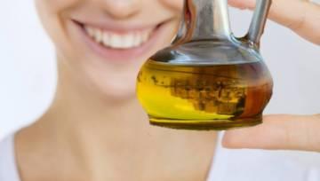 Płukanie ust olejem – prosty sposób na białe zęby