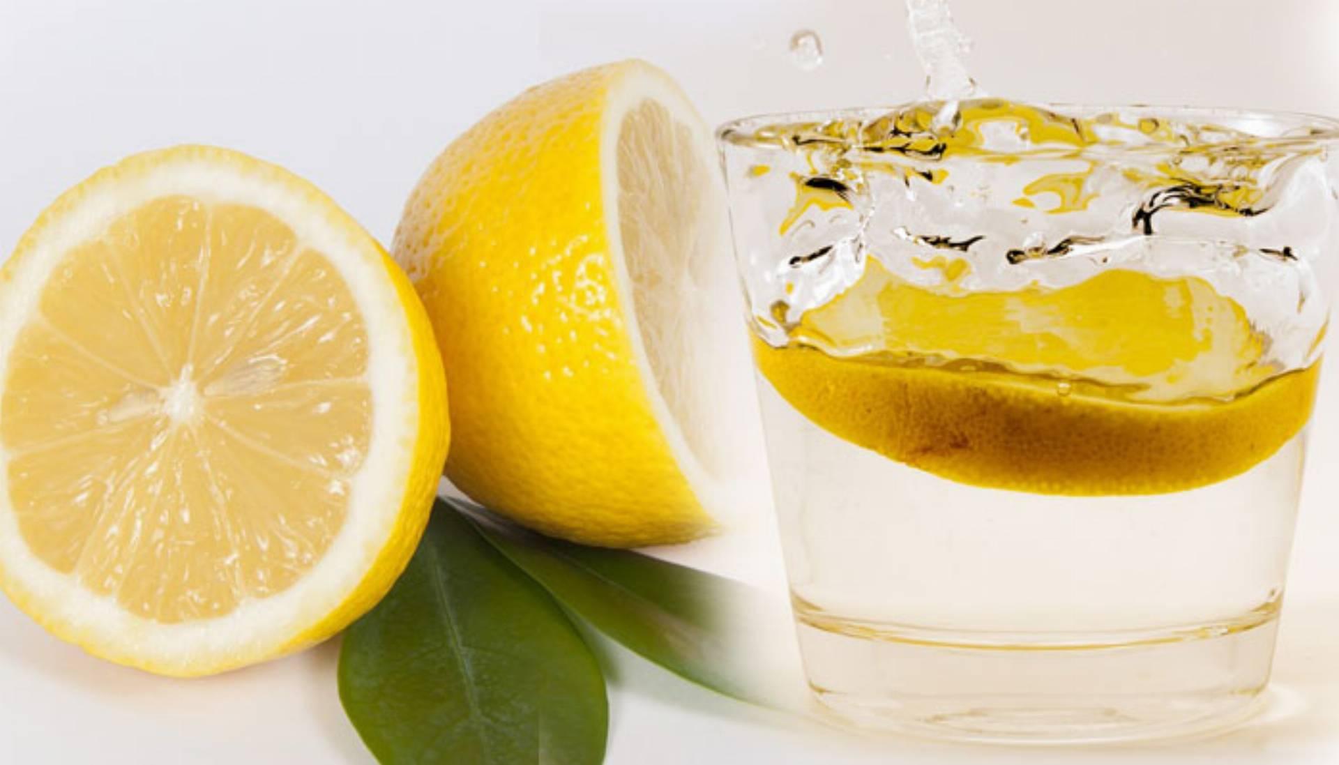 Czy woda z cytryna na czczo pomaga schudnąć
