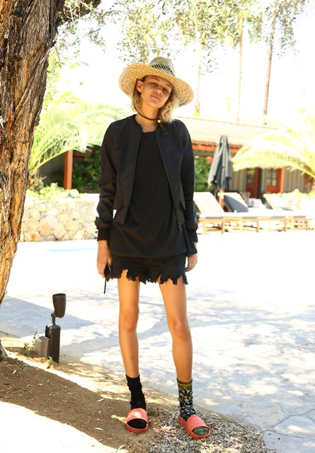 Image 2 - Binx Walton wears Women's Hunter Original 3 Layer Nylon Bomber in Black and Hunter Original Slides in Sunset, 17.04.16