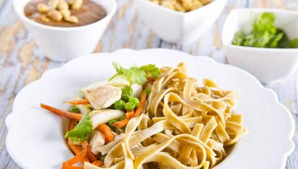 Makaron wstążki w orzechowym sosie z warzywami i kurczakiem