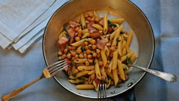 Szybkie i proste danie: Makaron z cieciorką, rozmarynem i boczkiem