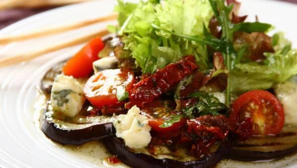 Łatwa i szybka sałatka z grillowanego bakłażana z suszonymi pomidorami