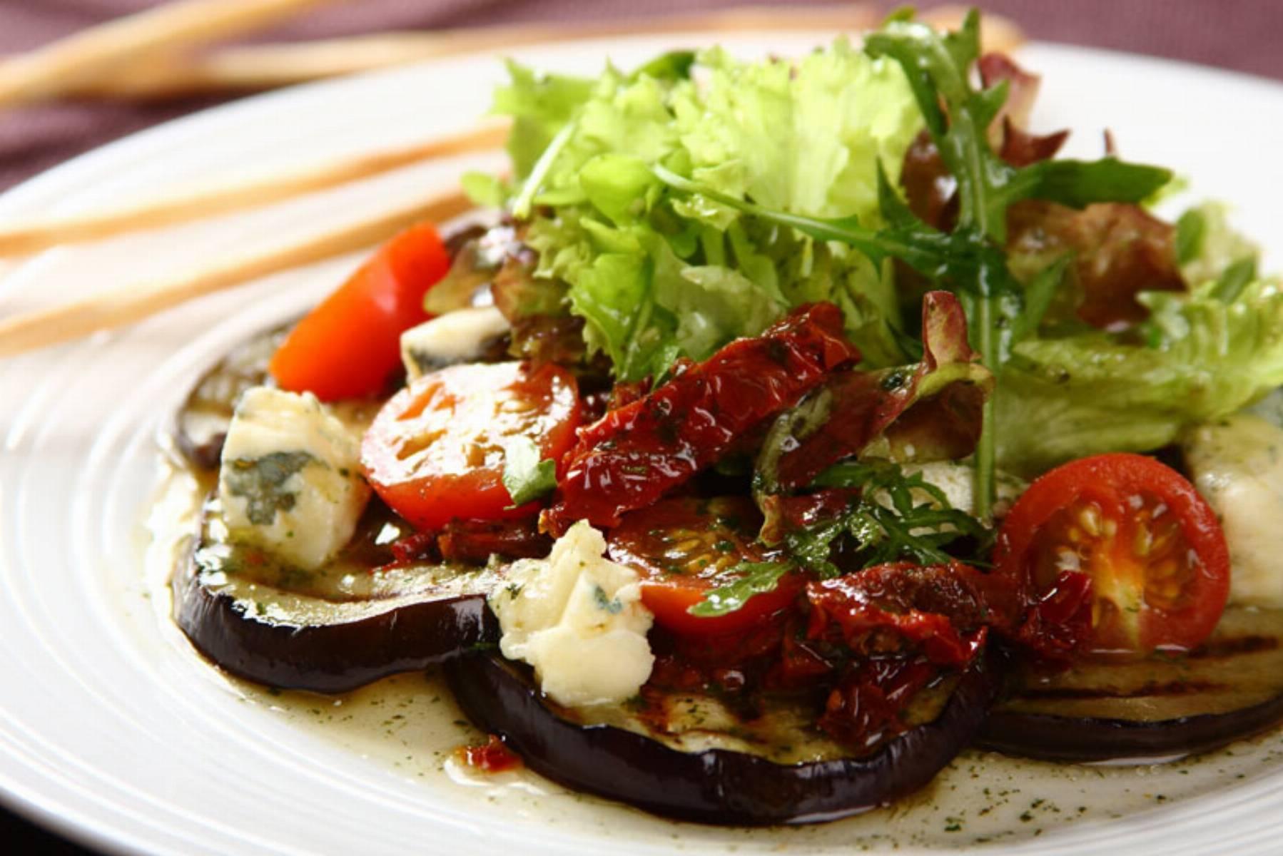 Salatka-z-grillowanego-baklazana-z-suszonymi-pomidorami