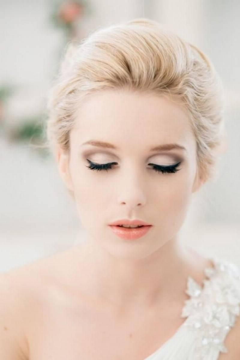Нежный свадебный макияж со стрелками фото