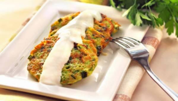 Dla wegetarian: Placki ziemniaczane z cukinią i szczypiorkiem