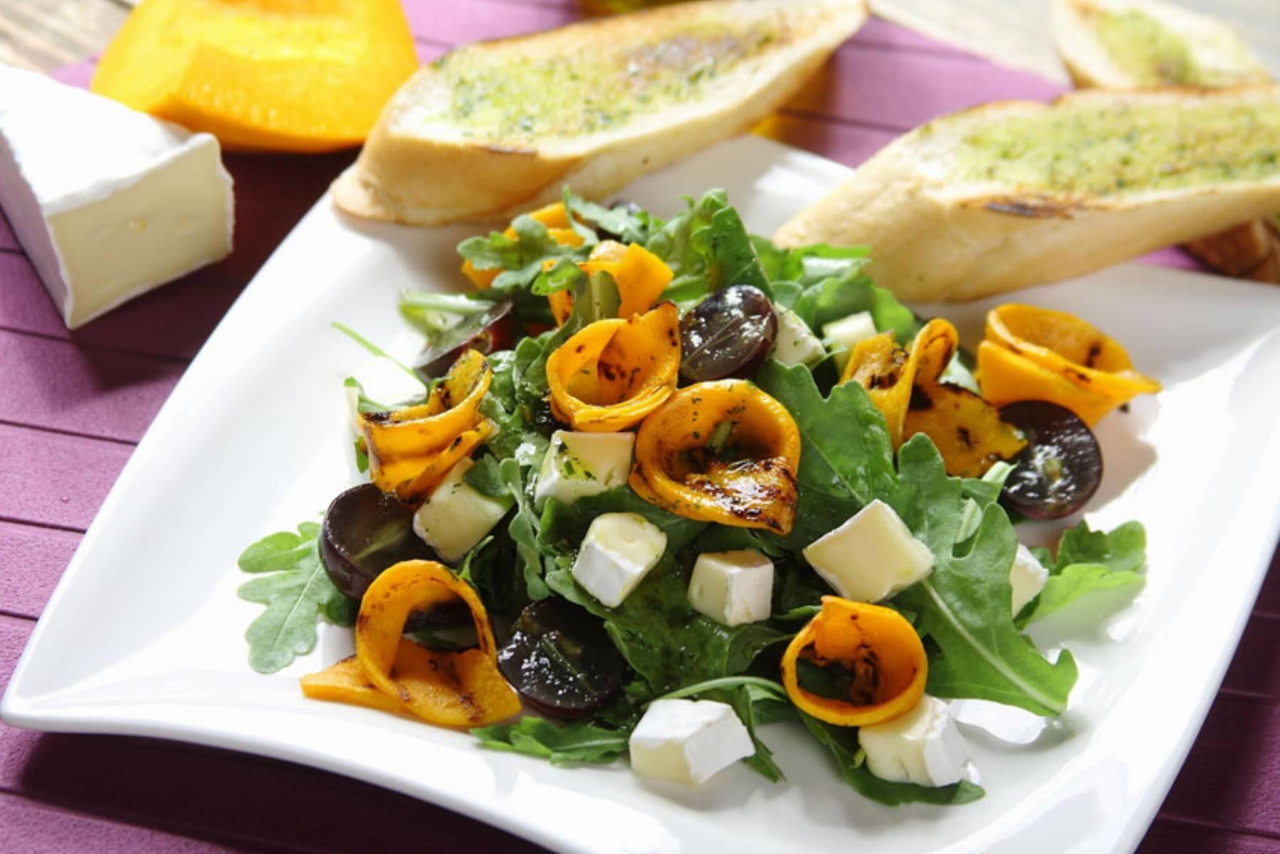 Sałatka z grillowaną dynią, winogronami i serem brie