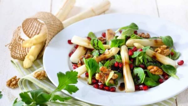 Przepisy na wiosenne sałatki ze szparagami i orzechami