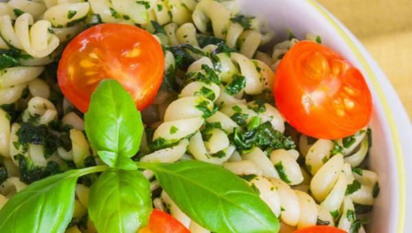 Dla wegetarian: Makaron ze szpinakiem, jarmużem i pomidorkami koktajlowymi