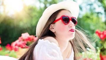 Modne i bezpieczne – jak wybrać okulary przeciwsłoneczne?