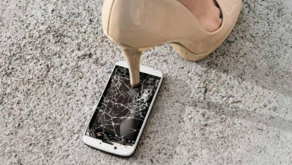 """Pęknięta szybka w smartfonie? Kreatywny sposób na """"poradzenie"""" sobie z tą niedogodnością"""