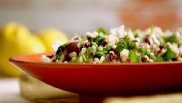 Sałatka z kuskusem, rukolą, oliwkami i fetą