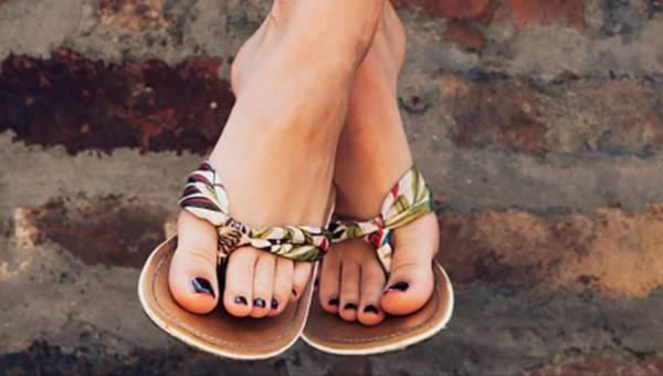 Jak dbać o stopy latem, by nie wstydzić się włożenia sandałów?