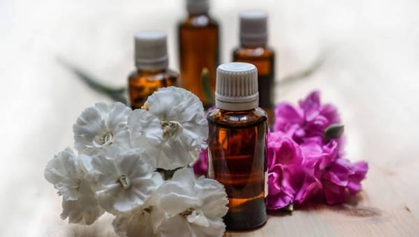 Aromaterapia: Zrób własne, naturalne olejki na problemy skórne