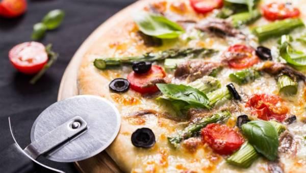 Biała pizza domowej roboty ze szparagami i anchois