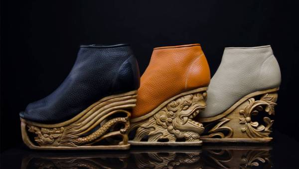 Niezwykłe buty na misternie rzeźbionych platformach – wykonane w Wietnamie
