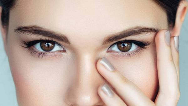 Jak odmłodzić okolice oczu – przegląd zabiegów