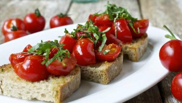 Szybka i łatwa przekąska: Bruschetta z czosnkiem, pomidorem i bazylią