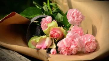 Jak przedłużyć świeżość kwiatów ciętych przy pomocy lakieru do włosów