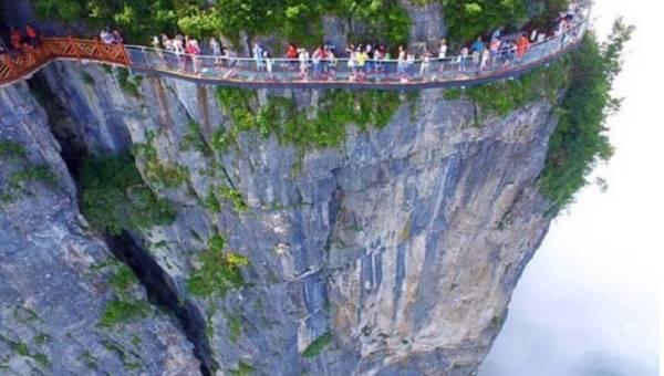 Szklany most na wysokości 1400 metrów – czy odważyłabyś się po nim przejść?