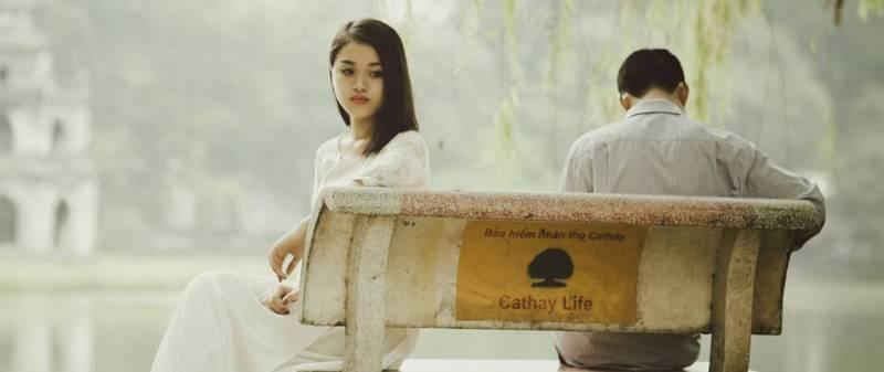 toksyczny związek smutna para siedząca na ławce