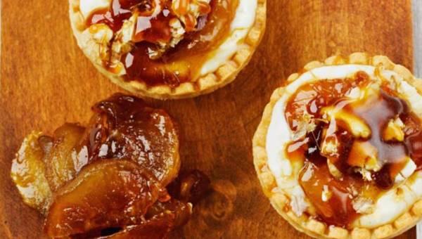 Ciasto bez pieczenia: Tartaletki z karmelizowaną śliwką