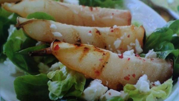 Szybka sałatka z rukoli z gruszkami, orzechami i sosem tzatziki