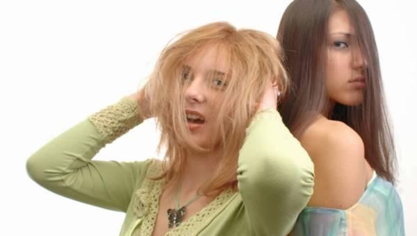 Oskar Bachoń wyjaśnia – jak nawilżyć włosy w salonie fryzjerskim a jak w domu