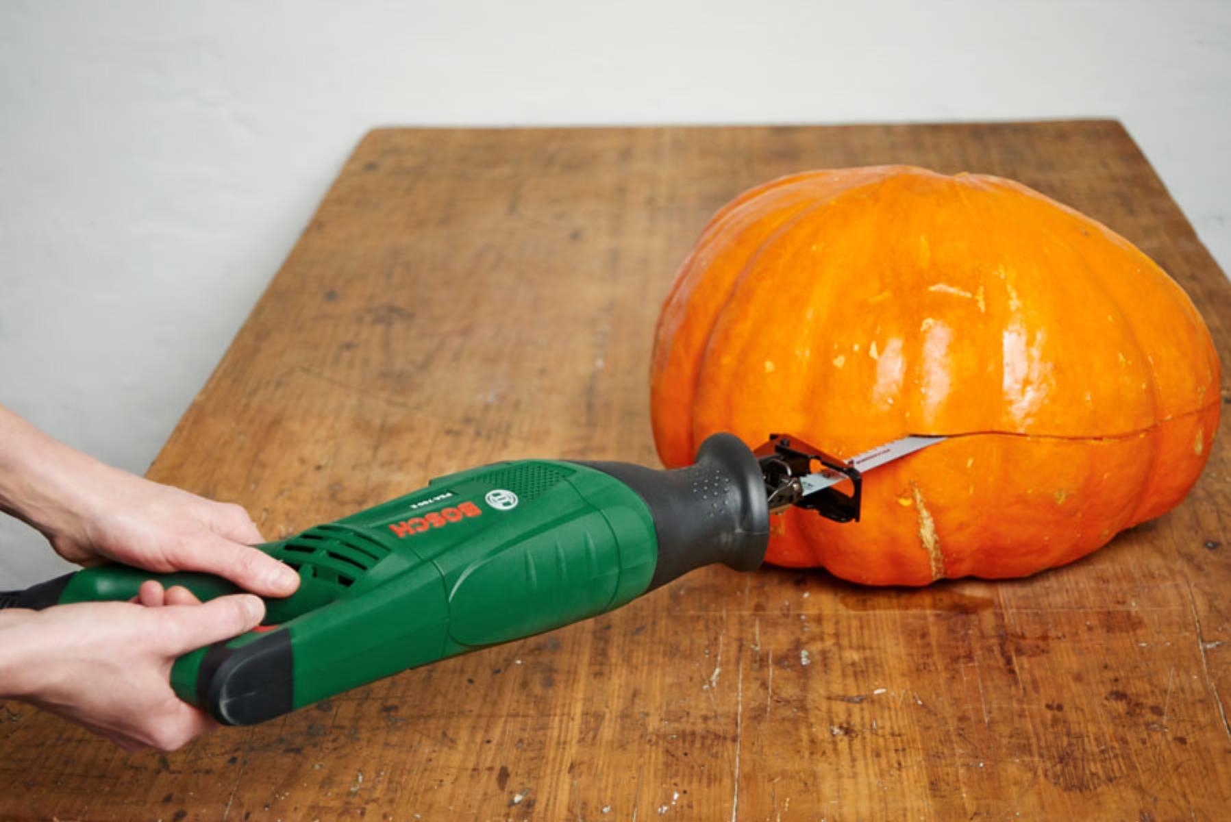 Halloweenowa dynia - przecinanie