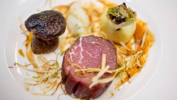 Wykwintne danie: Polędwica wołowa wędzona w zimnym dymie z borowikiem i ziemniakami