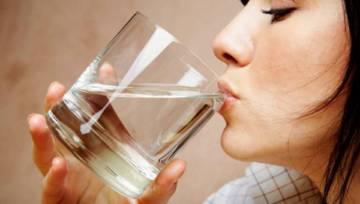 Co pić rano dla zdrowia – woda z cytryną, woda z sodą i inne propozycje zdrowych napojów