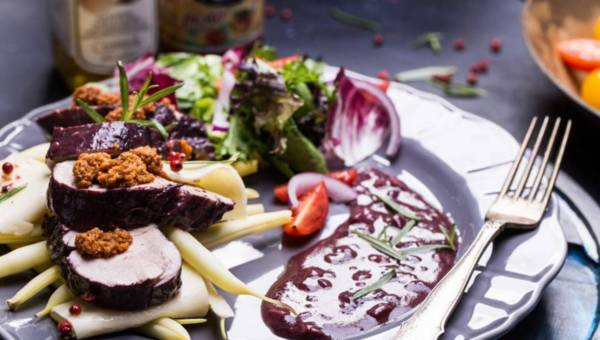 Polędwica w winie podana na płatach lasagne z pesto i z fasolką