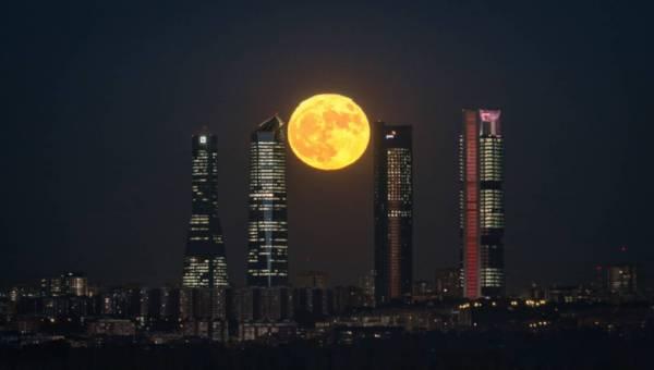 Superksiężyc – rzadkie zjawisko astronomiczne. Ekspert podpowiada jak je sfotografować