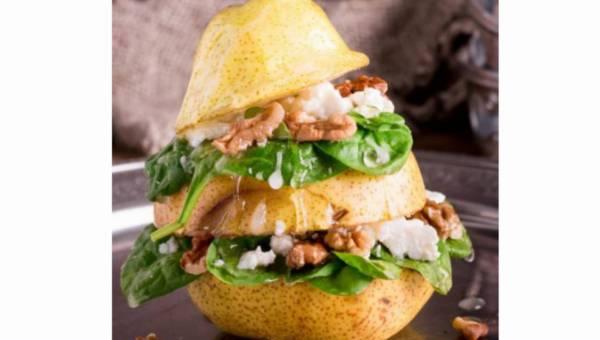 Wytrawna gruszka z serem kozim i orzechami włoskimi