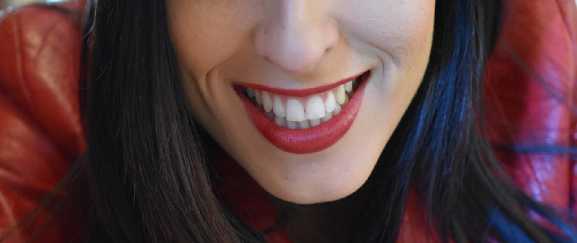 bialy-usmiech