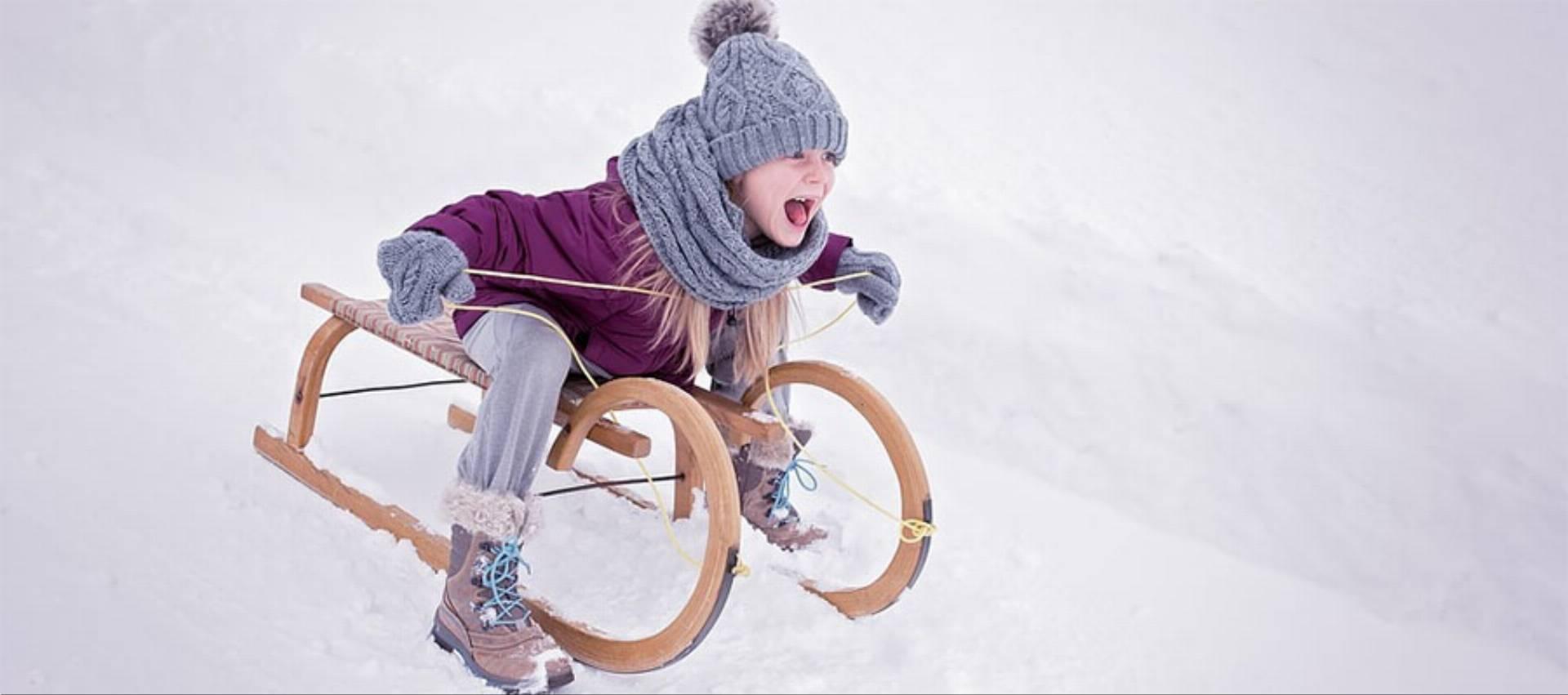 dzieci-sanki-zima-snieg