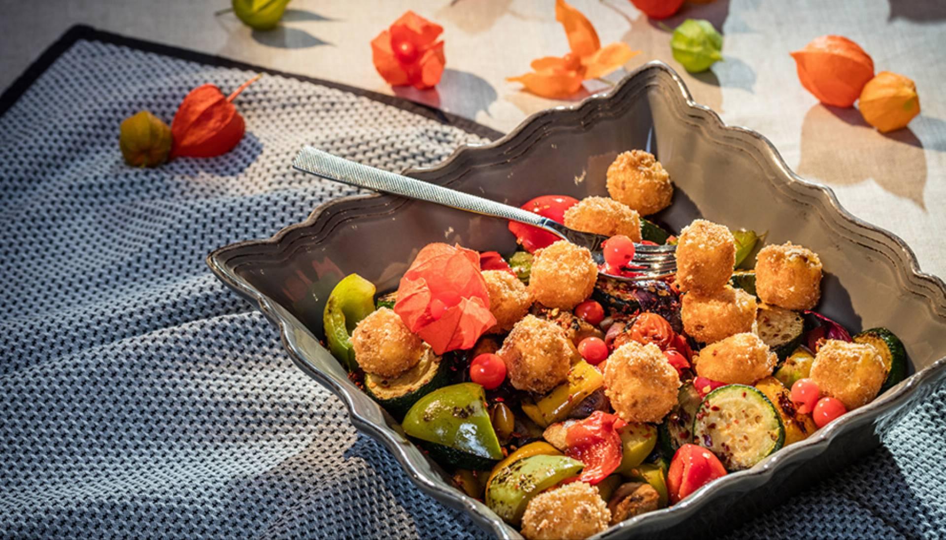 jesienna-salatka-z-grillowanymi-warzywami-i-kostkami-sera-fot-msm-monki-3