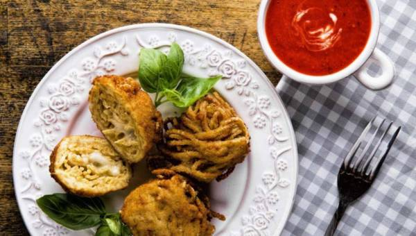 Smażone kuleczki z makaronu spaghetti z mozzarellą i sosem pomidorowym na zimno