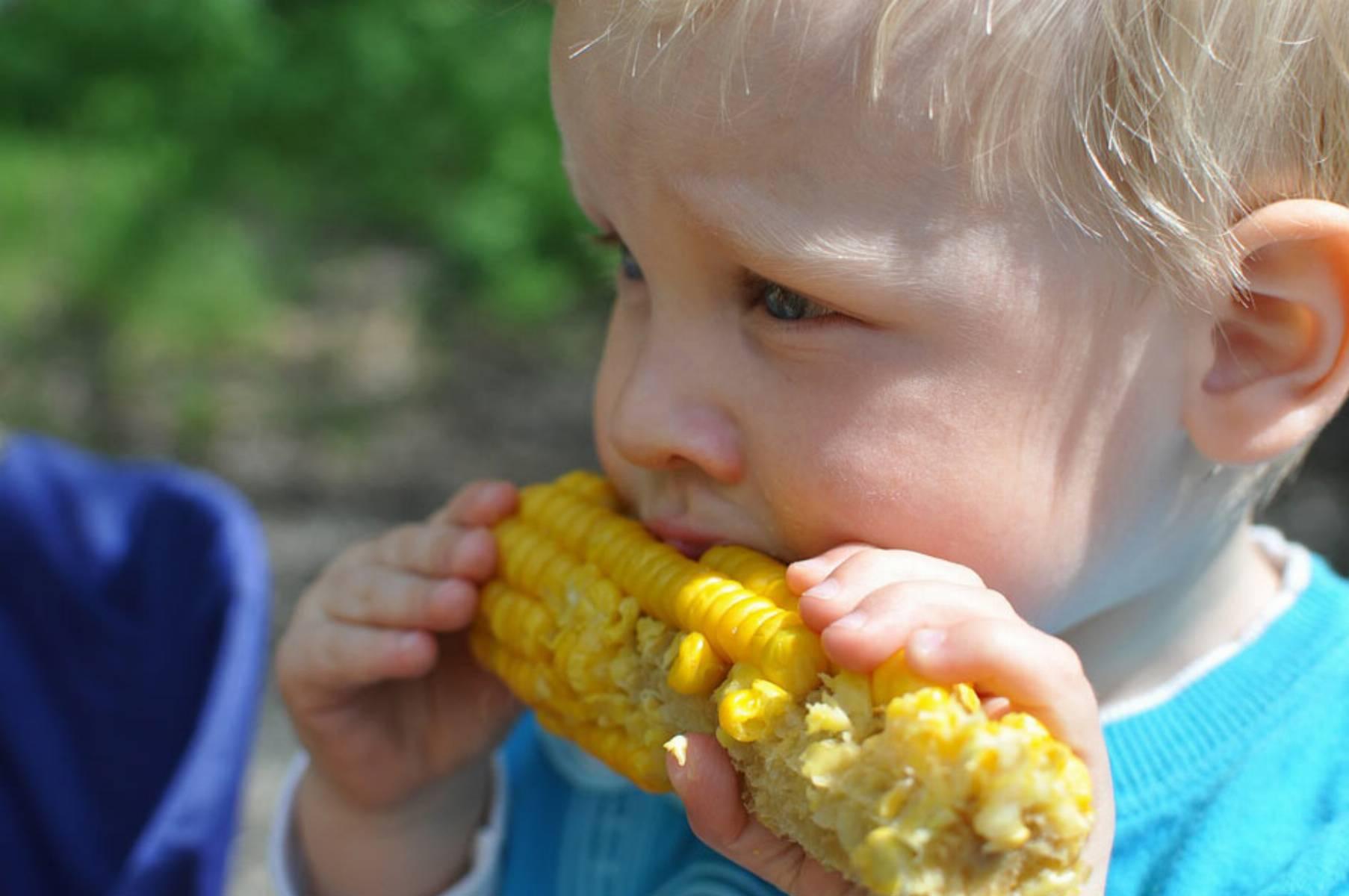 niemowlak-jedzacy-kukurydze