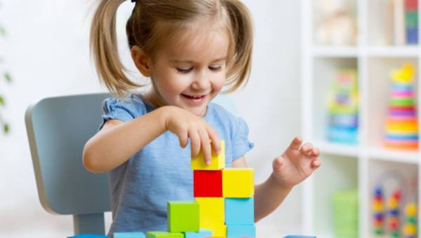 Wspólna zabawa dzieci i rodziców, czyli klocki zabawką, która łączy pokolenia