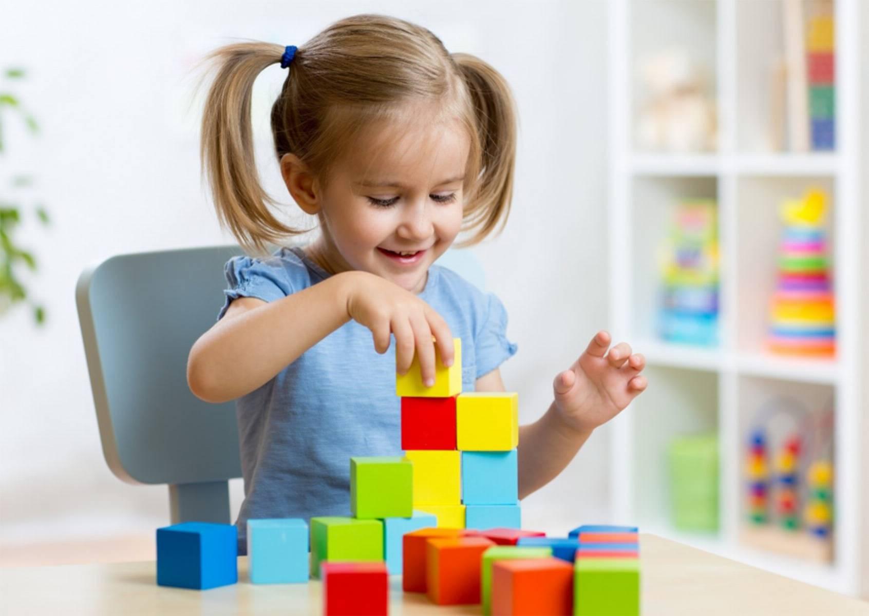 wspolna-zabawa-dzieci-i-rodzicow-czyli-klocki-zabawka-ktora-laczy-pokolenia_1