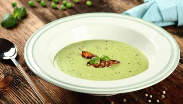 Przepis Paskala Brodniciego: Aksamitna zupa z groszku z chrupiącymi chipsami z boczku