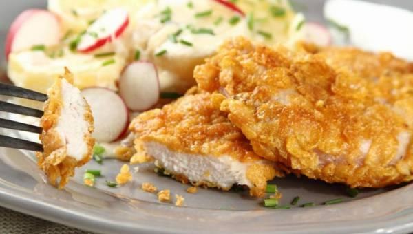 Przepis Pascala Brodnickiego: Chrupiące kotleciki z kurczaka w płatkach kukurydzianych z ziemniakami, cebulką i boczkiem