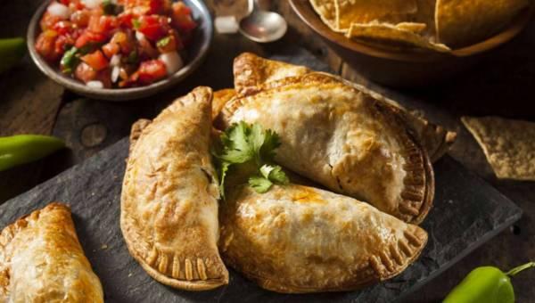 Przepis na pierożki empanadas z mięsem, warzywami i serem żółtym