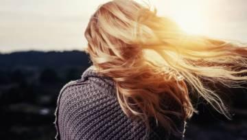 Ekspert radzi: jak zatrzymać wypadanie włosów? Odwiedź trychologa!