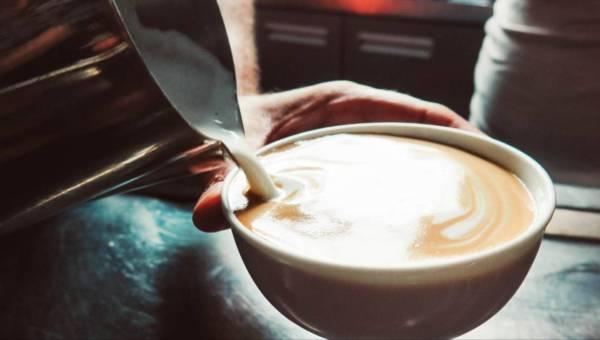 Kawa z masłem i olejem kokosowym – przepis na podkręcającą kawę! Spróbujesz?