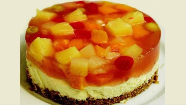 Ciasto bez pieczenia: Sernik jogurtowy z brzoskwiniami i czekoladą