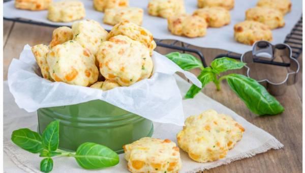 Przepis na kruche ciasteczka serowe z papryką i żółtym serem