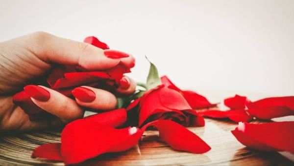 Pomysł na manicure na Walentynki – Instrukcja krok po kroku