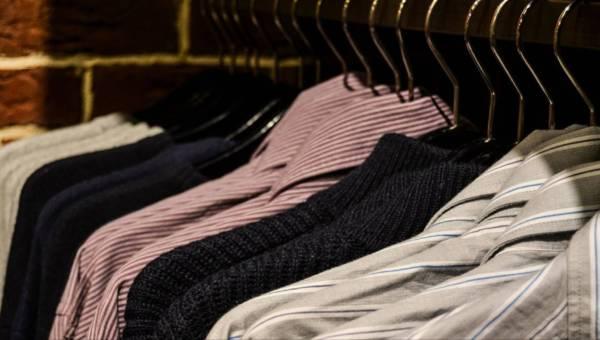 Jak chronić ubrania przed zniszczeniem? Krótki poradnik